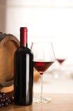 Vida de la copa de vino y todavía de la botella Imagenes de archivo