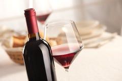Vida de la copa de vino y todavía de la botella Fotos de archivo