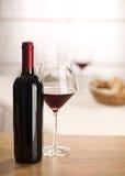 Vida de la copa de vino y todavía de la botella Fotos de archivo libres de regalías