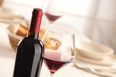 Vida de la copa de vino y todavía de la botella Imagen de archivo libre de regalías