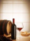 Vida de la copa de vino y todavía de la botella Foto de archivo libre de regalías