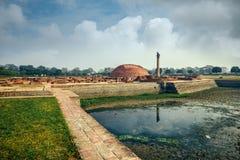 Vida de la India: Pilares de Ashoka en Vaishali Imagenes de archivo