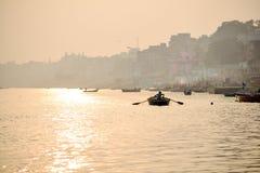 Vida de la India: Vidas a lo largo del río Ganges imagen de archivo
