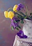 Vida de la lila y todavía del tulipán Imagen de archivo libre de regalías