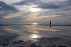Vida de la mañana en la playa de Hua Hin, Prachuap Khiri Khan Province, Tailandia Con el cielo hermoso y la playa hermosa Fotografía de archivo
