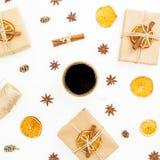 Vida de la Navidad o todavía del Año Nuevo con la caja de regalo, la taza de café y la naranja secada en el fondo blanco Endecha  Imagen de archivo libre de regalías
