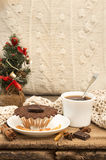 Vida de la Navidad y todavía del Año Nuevo con la magdalena del chocolate Imagenes de archivo