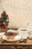 Vida de la Navidad y todavía del Año Nuevo con la magdalena del chocolate Fotografía de archivo