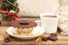 Vida de la Navidad y todavía del Año Nuevo con la magdalena del chocolate Fotos de archivo libres de regalías