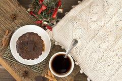 Vida de la Navidad y todavía del Año Nuevo con la magdalena del chocolate Imágenes de archivo libres de regalías