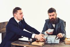 Vida de la oficina Hombres ocupados que planean el presupuesto de la compañía Inversión y dinero de la ganancia Hombres de negoci fotos de archivo libres de regalías
