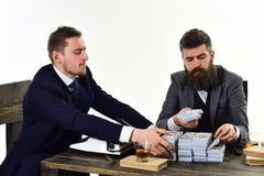 Vida de la oficina Hombres ocupados que planean el presupuesto de la compañía Inversión y dinero de la ganancia Hombres de negoci fotografía de archivo libre de regalías