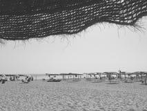 Vida de la playa - parasol de playa - vida del verano - blanco y negro Imagen de archivo