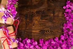 Vida de las flores y todavía de los prestents de la tarjeta del día de San Valentín Imágenes de archivo libres de regalías