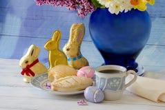 Vida de los dulces y todavía de las flores de Pascua Fotografía de archivo