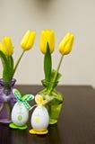 Vida de los huevos y todavía de los narcisos de Pascua Foto de archivo