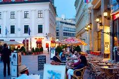 Vida de noche en centro de ciudad de Bratislava Foto de archivo libre de regalías