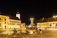 Vida de noche en el centro histórico de Sibiu Foto de archivo