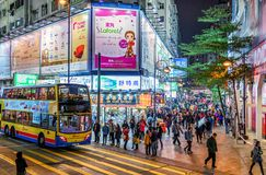 Vida de noche en Hong Kong Island Paisaje urbano de Hong Kong de la noche con la apretadura del alumbrado público, del autobús y  Foto de archivo