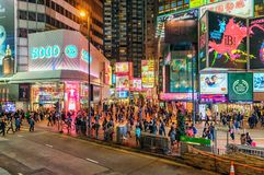 Vida de noche en Hong Kong Island Paisaje urbano de Hong Kong de la noche con la apretadura del alumbrado público y de la gente Imágenes de archivo libres de regalías