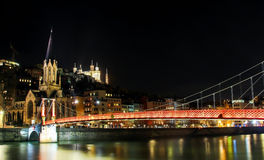 Vida de noche en la ciudad vieja de Lyon, Francia Foto de archivo libre de regalías