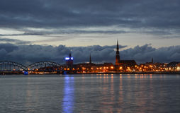 Vida de noche en Riga vieja Foto de archivo libre de regalías