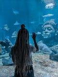 Vida de observação do oceanarium da jovem mulher no mundo do oceano de Banguecoque do mar foto de stock royalty free
