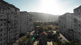 A vida de Postapocalypse abriga a casa viva concreta velha da construção residencial em Geórgia vídeos de arquivo