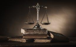 Vida de prata velha da escala e dos livros ainda Fotografia de Stock