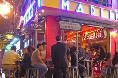 Vida de rua na cidade com luzes de néon fotos de stock royalty free
