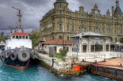 Vida de rua turca de Istambul em um dia chuvoso do outono fotos de stock