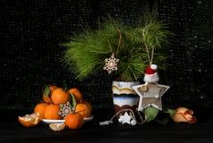 Vida del Año Nuevo o todavía de la Navidad con las mandarinas y los juguetes hechos en casa Fotografía de archivo libre de regalías