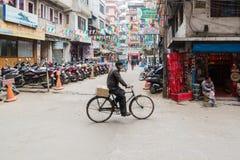 Vida del Nepali en la calle de Thamel en Katmandu, Nepal imagen de archivo