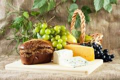 Vida del pan, del queso y todavía de las uvas Fotografía de archivo libre de regalías