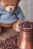 Vida del pote y todavía de las habas del café del oso de peluche Foto de archivo libre de regalías