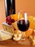 Vida del queso y todavía del vino rojo Imagen de archivo libre de regalías