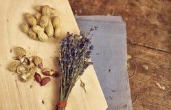 Vida del stil del vintage con los cacahuetes y el paquete de lavanda Imagen de archivo libre de regalías