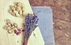 Vida del stil del vintage con los cacahuetes y el paquete de lavanda Fotos de archivo