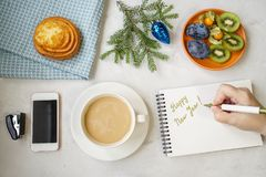 Vida del ` todavía s del Año Nuevo en la oficina Bollo, café con la leche, calc Imagen de archivo libre de regalías