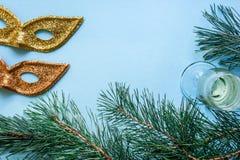 Vida del ` todavía s del Año Nuevo - un vidrio de champán, de decoraciones de la Navidad y de ramas spruce en fondo azul Imagen de archivo