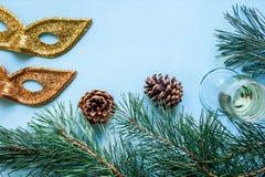 Vida del ` todavía s del Año Nuevo - un vidrio de champán, de decoraciones de la Navidad y de ramas spruce en fondo azul Foto de archivo libre de regalías