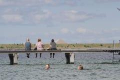 Vida del verano en un día de verano soleado en la playa Imágenes de archivo libres de regalías