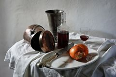 Vida del vino y todavía de la cebolla Foto de archivo libre de regalías