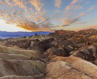 Vida do deserto do por do sol do ponto de Zebriski - montanhas no fundo no Vale da Morte fotos de stock