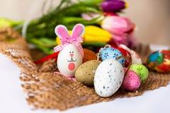 Vida do destilador da Páscoa com ovos, coelho e tulipas imagens de stock royalty free