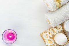 Vida do destilador dos termas, sabões dos termas, toalhas brancas e esponjas no fundo de madeira Foco seletivo foto de stock royalty free