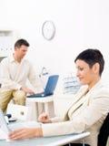 Vida do escritório com computadores portáteis Foto de Stock