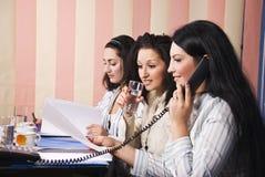 Vida do escritório de três mulheres de negócio Fotografia de Stock Royalty Free