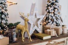 A vida do inverno ainda com decorações do Natal brinca cervos, estrela e caixas de presente no fundo claro foco macio, borrado Imagem de Stock Royalty Free