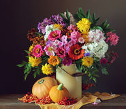 A vida do outono ainda com um ramalhete do jardim floresce Fotos de Stock Royalty Free